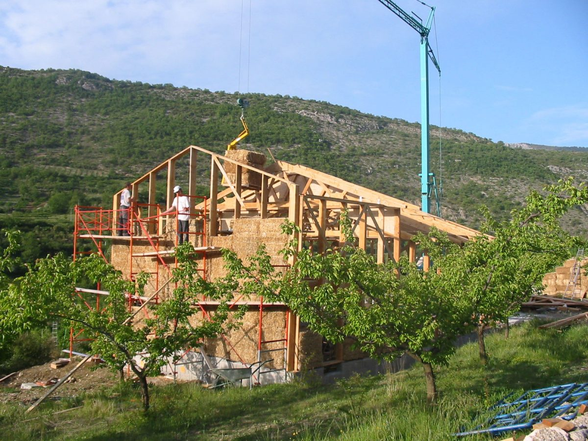 mise en place des ballots de paille dans la structure bois