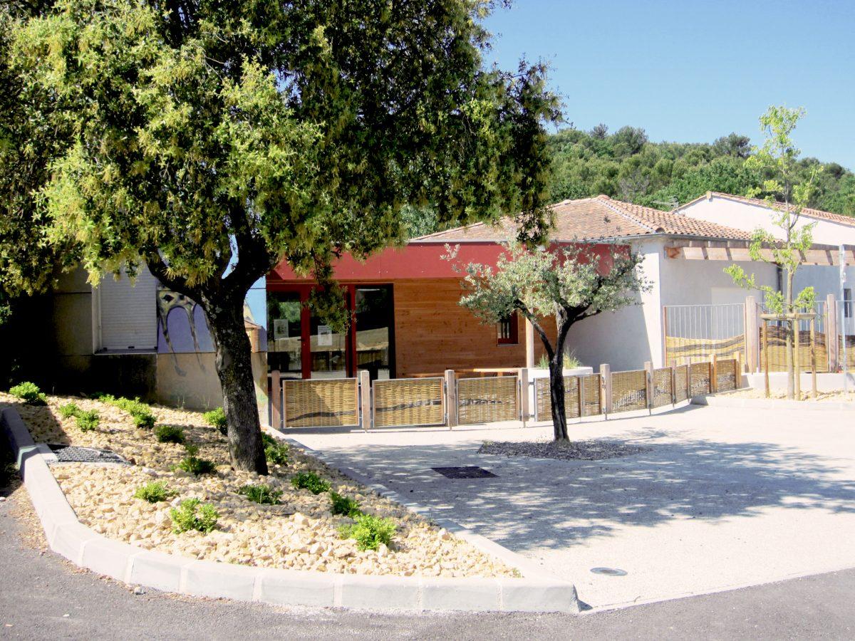 courette d'accueil et barrière tressée en osier du centre de loisirs de Vaison La Romaine