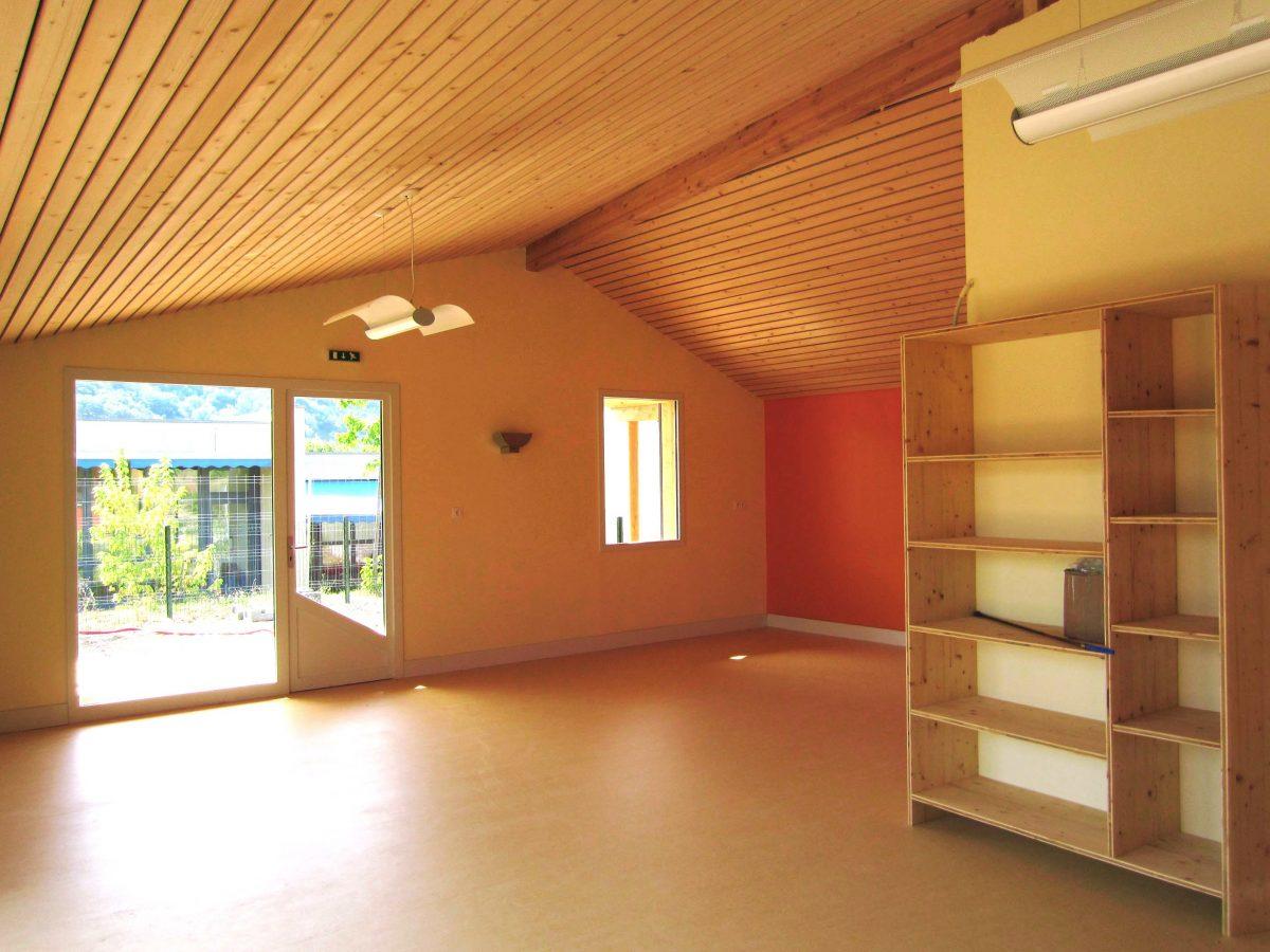 vue intérieure de l'espace des grands à la crèche de Bourdeaux; plafond acoustique en lames de bois ajourées